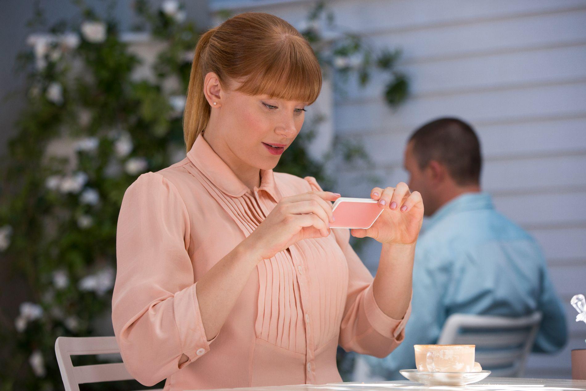 SOME-PERFEKT: Bryce Dallas Howard som den sosiale streberen Lacie i «Nosedive».