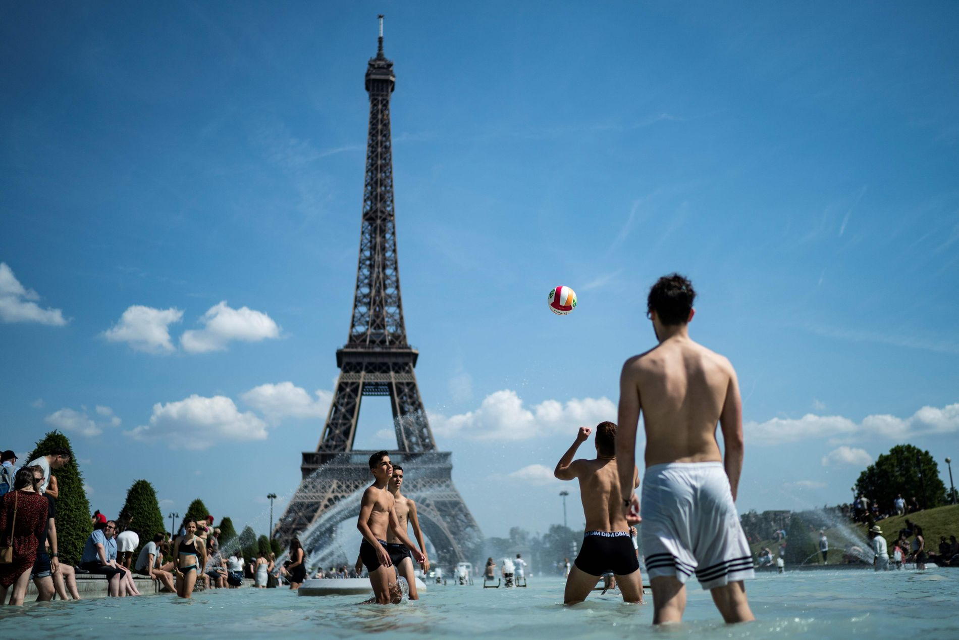 VIKTIG Å KJØLE SEG NED: Den ekstreme varmen som har slått innover store deler av Europa har gjort at innbyggere og turister må være flinke til å holde kroppstemperaturen nede.