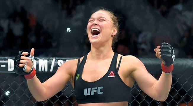 ENORMT POPULÆR: Ronda Rousey har skaffet UFC mange nye fans. Her jubler hun etter seieren mot Cat Zingano i februar.