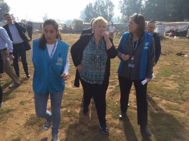 I LEIREN: Statsminister Erna Solberg i Bekaadalen, der flere hundre tusen flyktninger oppholder seg.