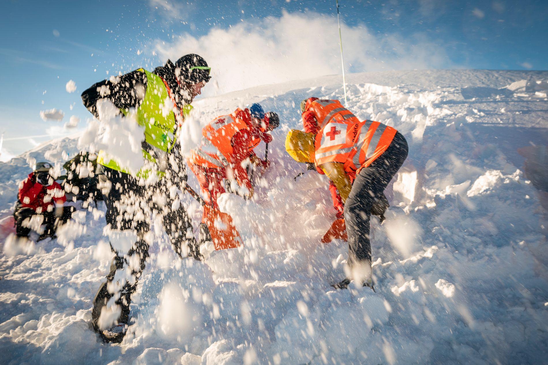 FINSEKURSET: Sikkerhetsministeren roser redningsberedskapen i Norge, som trår til med alle tilgjengelig midler når ulykken er ute. Her illustrert med redningsarbeidere fra Røde Kors i en øvelse.