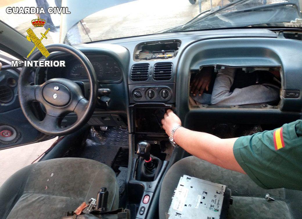 I HANSKEROM: Bildene den spanske sivilgarden gjorde tilgjengelig mandag, viser mennesker forsøkt smuglet rett ved bilmotoren.