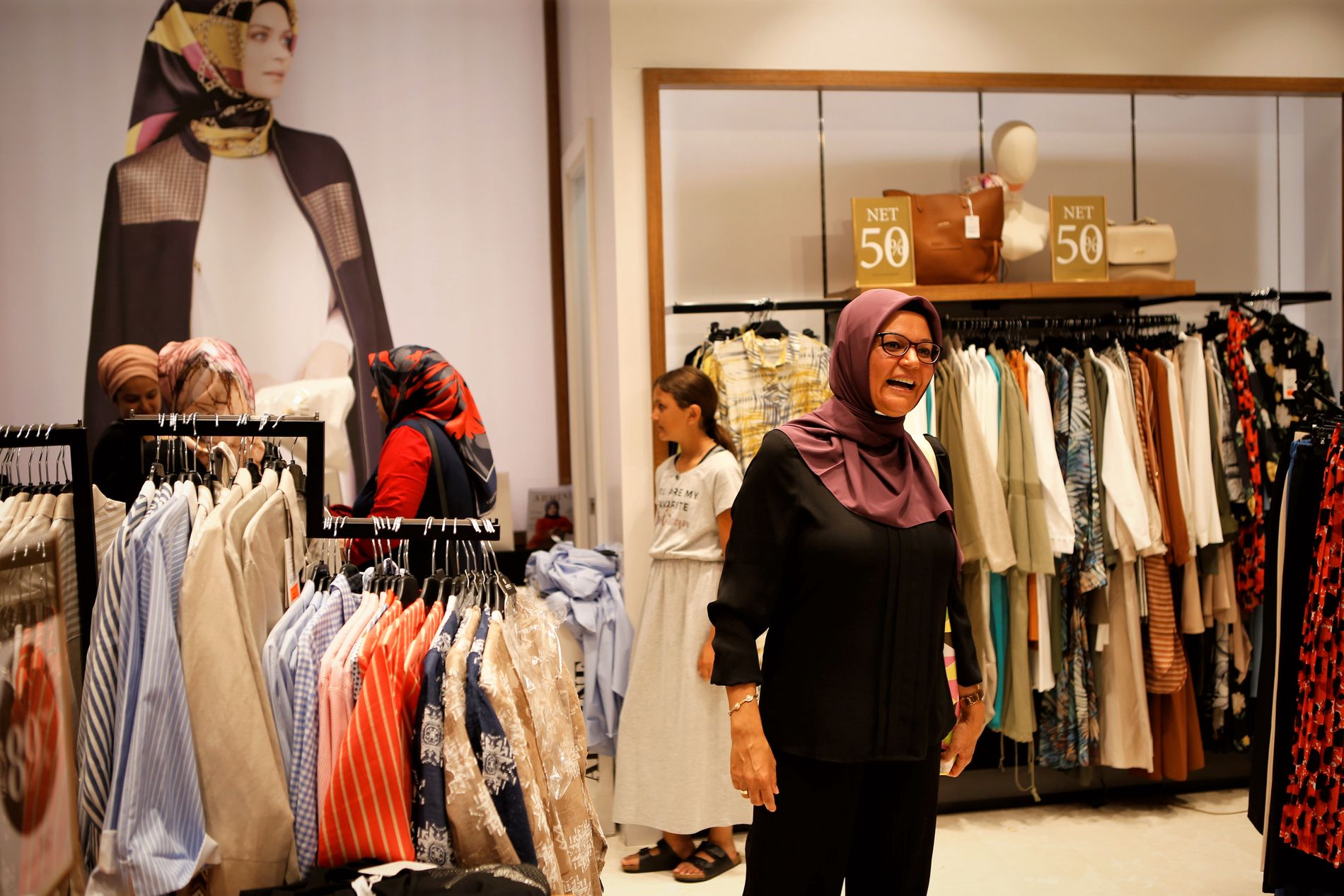 367b859d ISLAMSK MOTE: Dansk-tyrkiske Fatma Sertdemir (40) kikker på klær på en  butikk på hotellet Wome Deluxe. Foto: Ingeborg Huse Amundsen/VG
