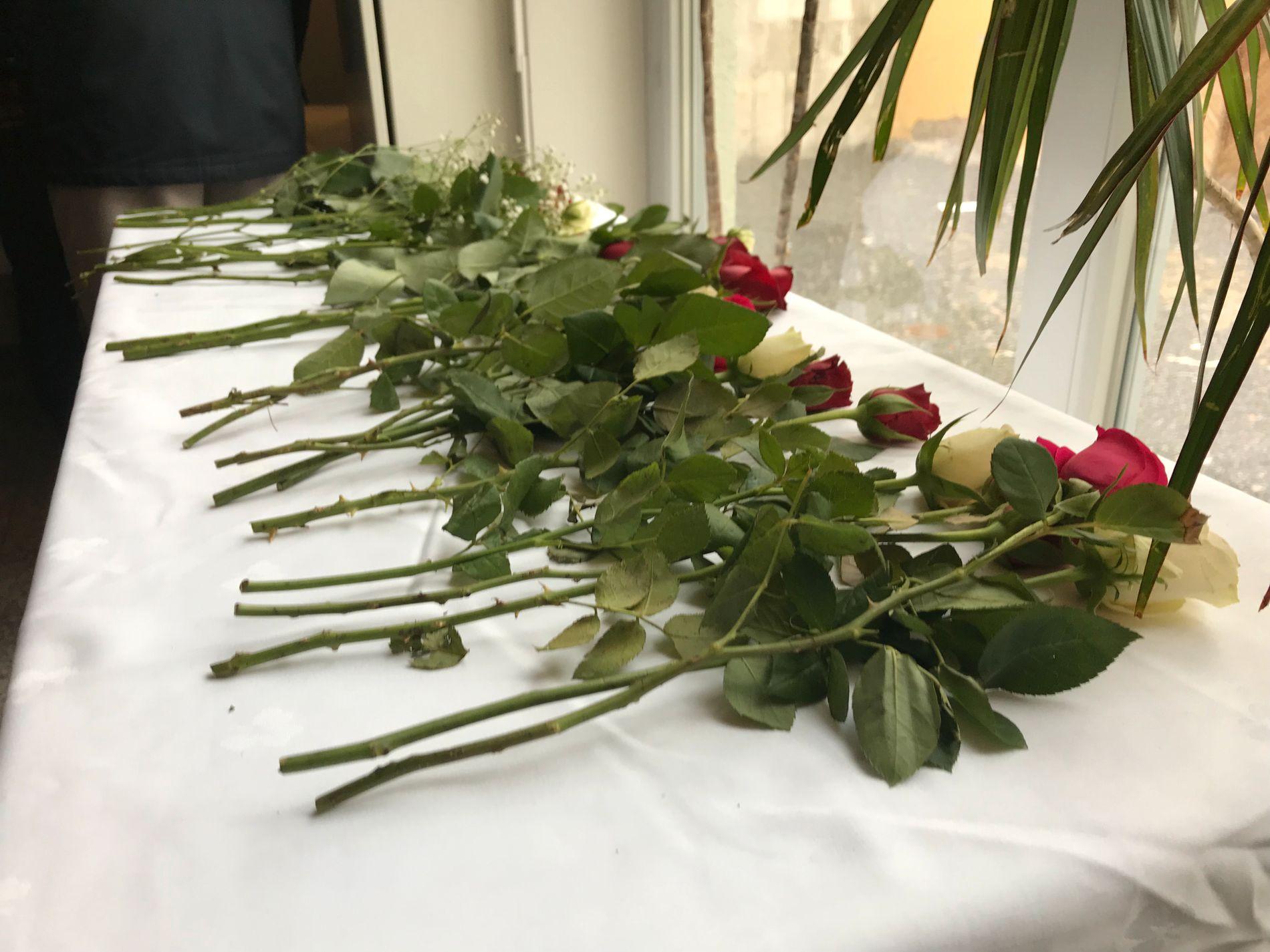 I SOLIDARITET: Islamic Cultural Centre Norway fikk en bukett roser på døra fredag.