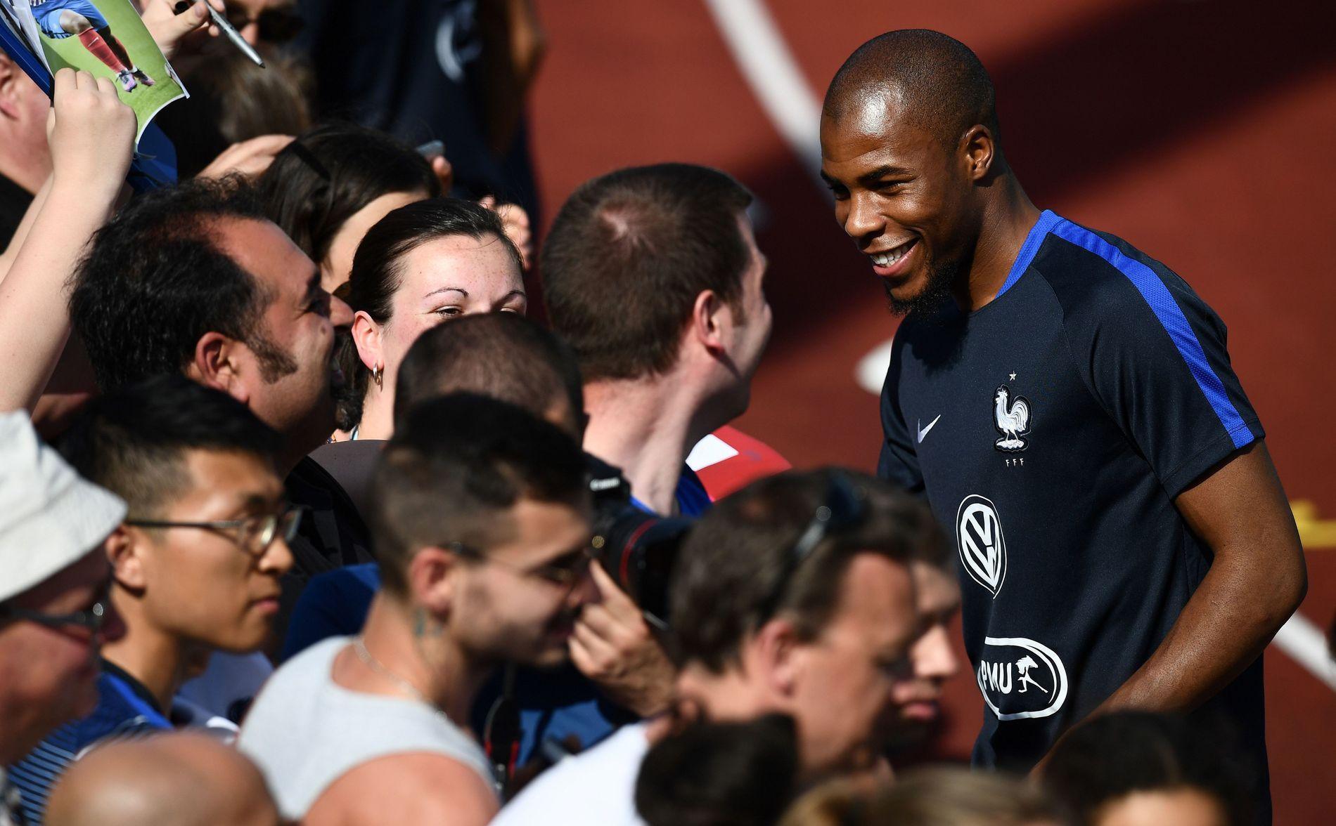 ARSENAL-AKTUELL: Djibril Sidibé, som her hilser på fansen under en trening med landslaget den 29. mai.