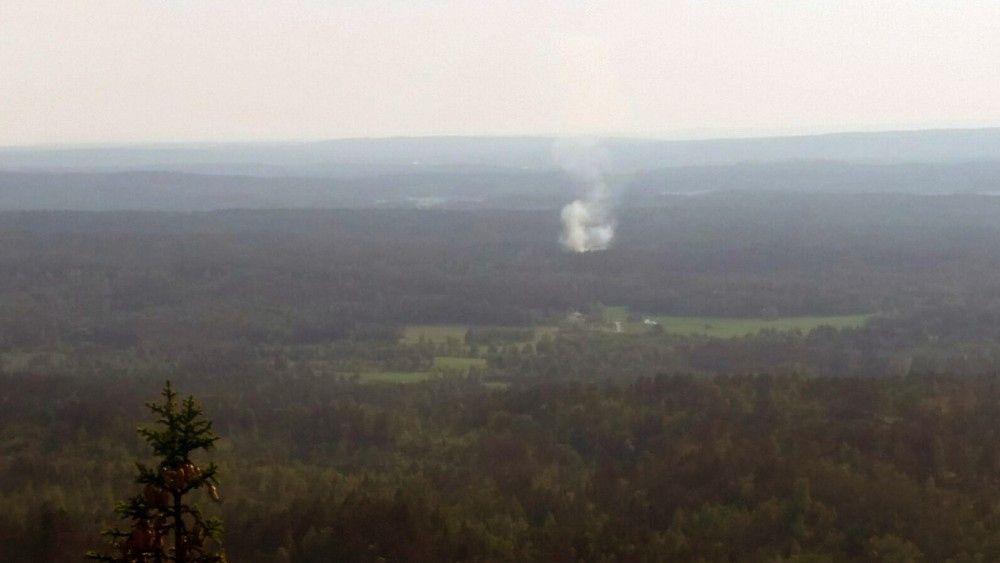 RØYKUTVIKLING: Slik så det ut fra brannvakttårnet på Linnekleppen i Rakkestad i går kveld.