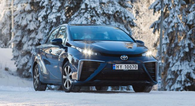 HY FOR HYDROGEN: Toyota Mirai kommer tilsommeren, men det har vært en pioner i Norge i vinter. Ifølge Toyota blir kupéen raskt varm, også ved at prosessen i brenselcellen avgir noe spillvarme.