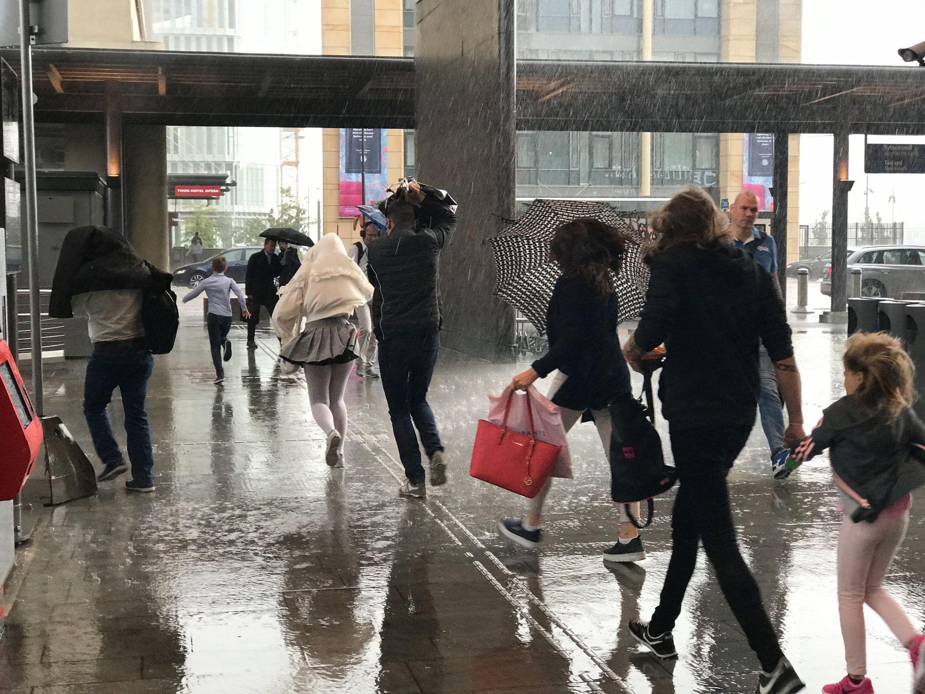 FINN FREM PARAPLYEN: Det er ventet regn Østafjells lørdag og søndag.