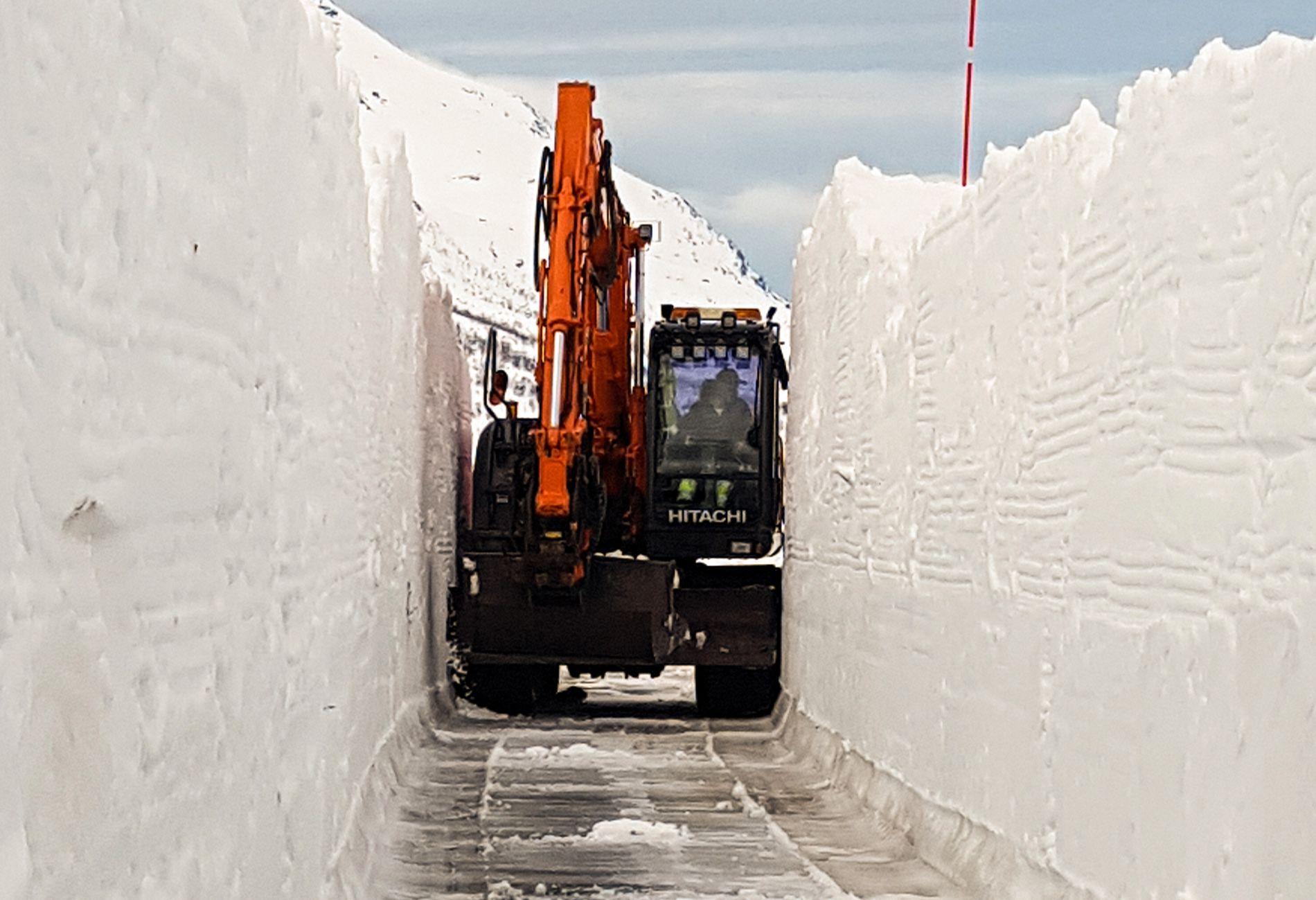 SNØMENGDER: Slik så det ut på Arnøya i Troms denne uken etter at et større snøskred hadde gått. Det er hektiske dager for snørydderne fra Brødrene Albrigtsen AS.