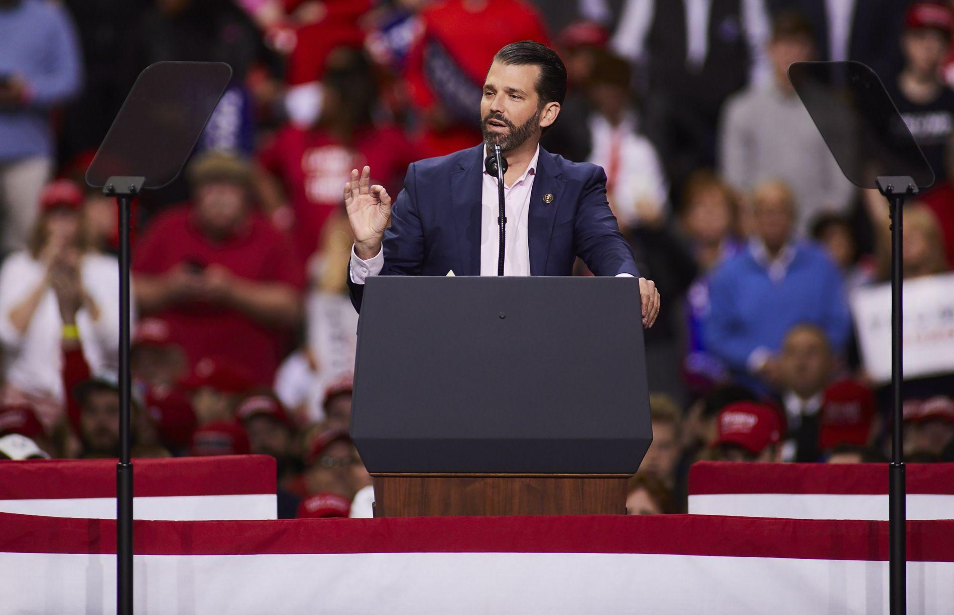VALGKAMP: Donald Trump Jr. snakker til farens tilhengere under et «Make America Great Again»-velgermøte i Wisconsin 29. april.