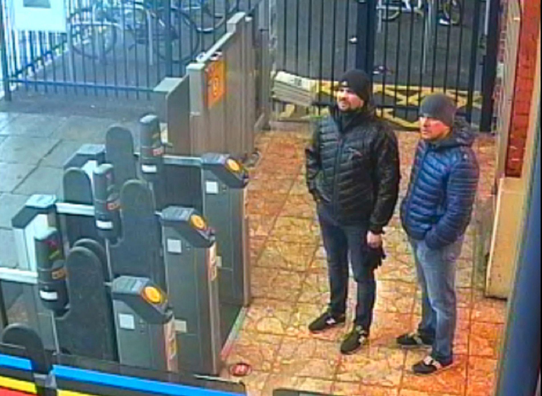 FRIGITT BILDER: Britisk politi har frigitt overvåkningsbilder som viser de to russiske mennene som nå er siktet for nervegiftangrepet mot Sergej og Julia Skripal, på togstasjonen i Salisbury. Bildet er tatt 3. mars, dagen før angrepet. De to mennene skal ha reist tilbake til Russland få timer etter angrepet.