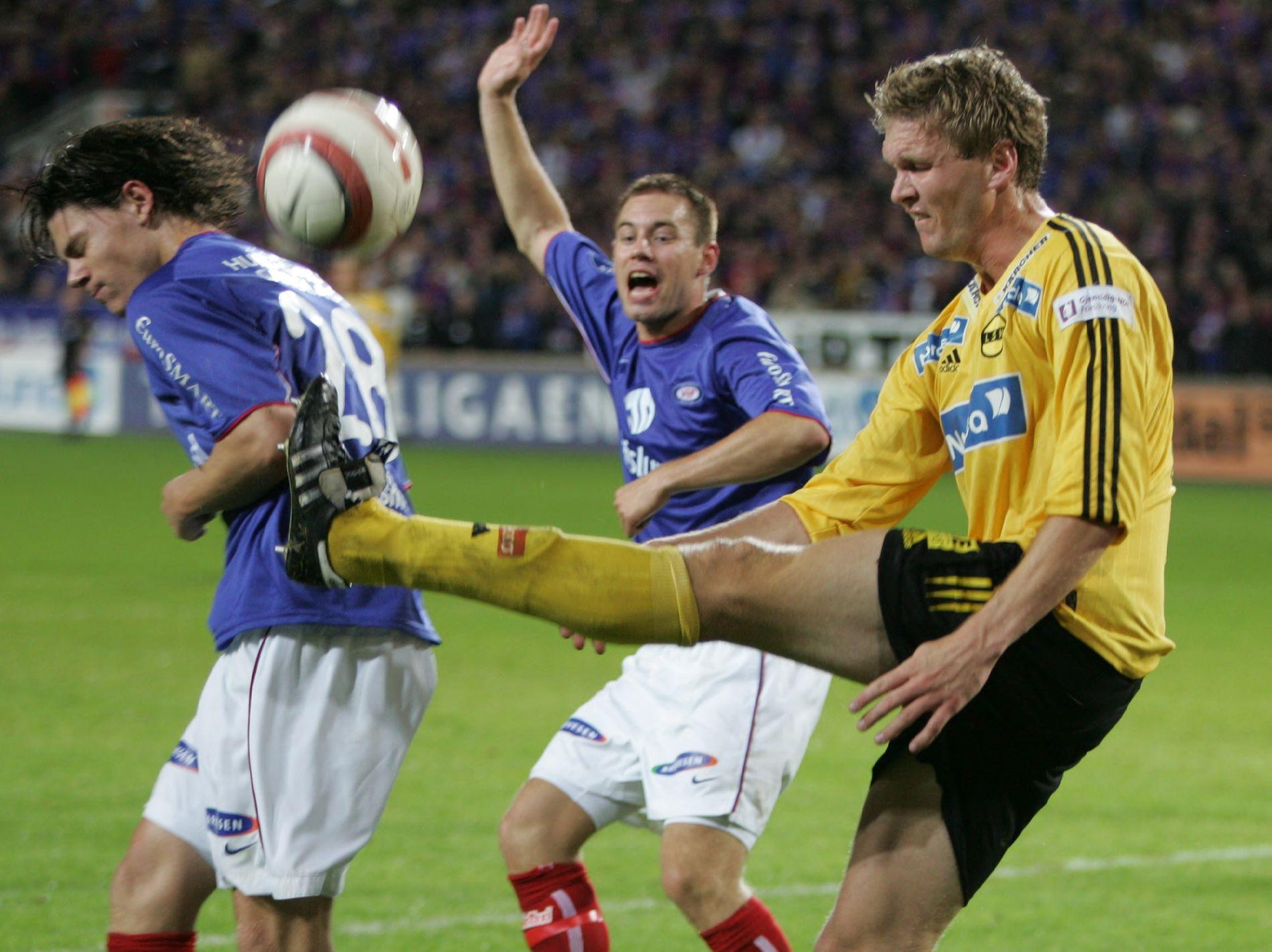 13 ÅR SIDEN: Allerede i 2004 fikk Daniel Fredheim Holm merke Frode Kippes noe voldsomme måte å takle på... I midten: Thomas Holm. Vålerenga vant kampen 2-0.