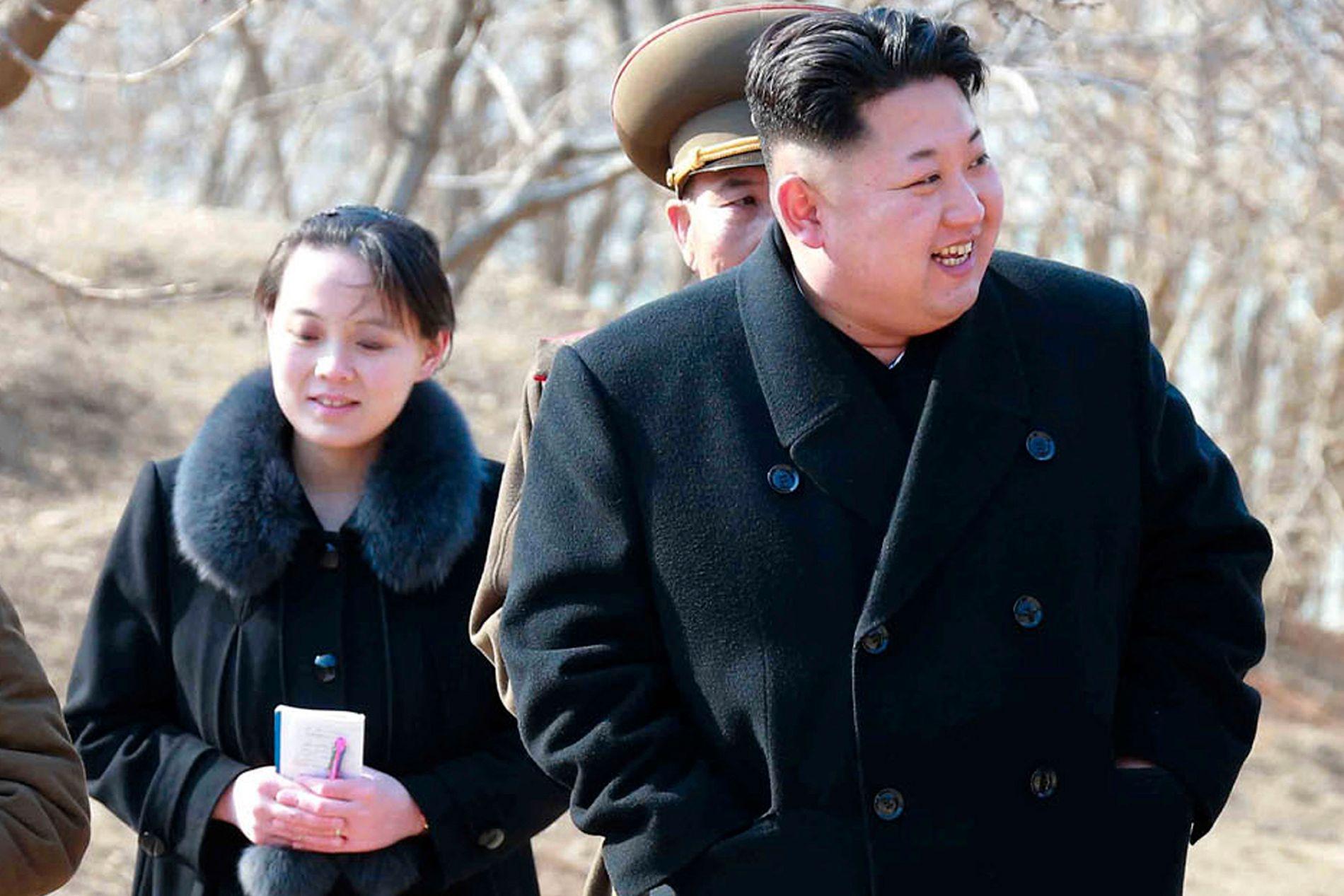 Søsteren til Nord-Koreas leder Kim Jong-un (t.h.), 30 år gamle Kim Yo-jong, besøkte i helgen Sør-Korea og inviterte landets president Moon Jae-in til Pyongyang.