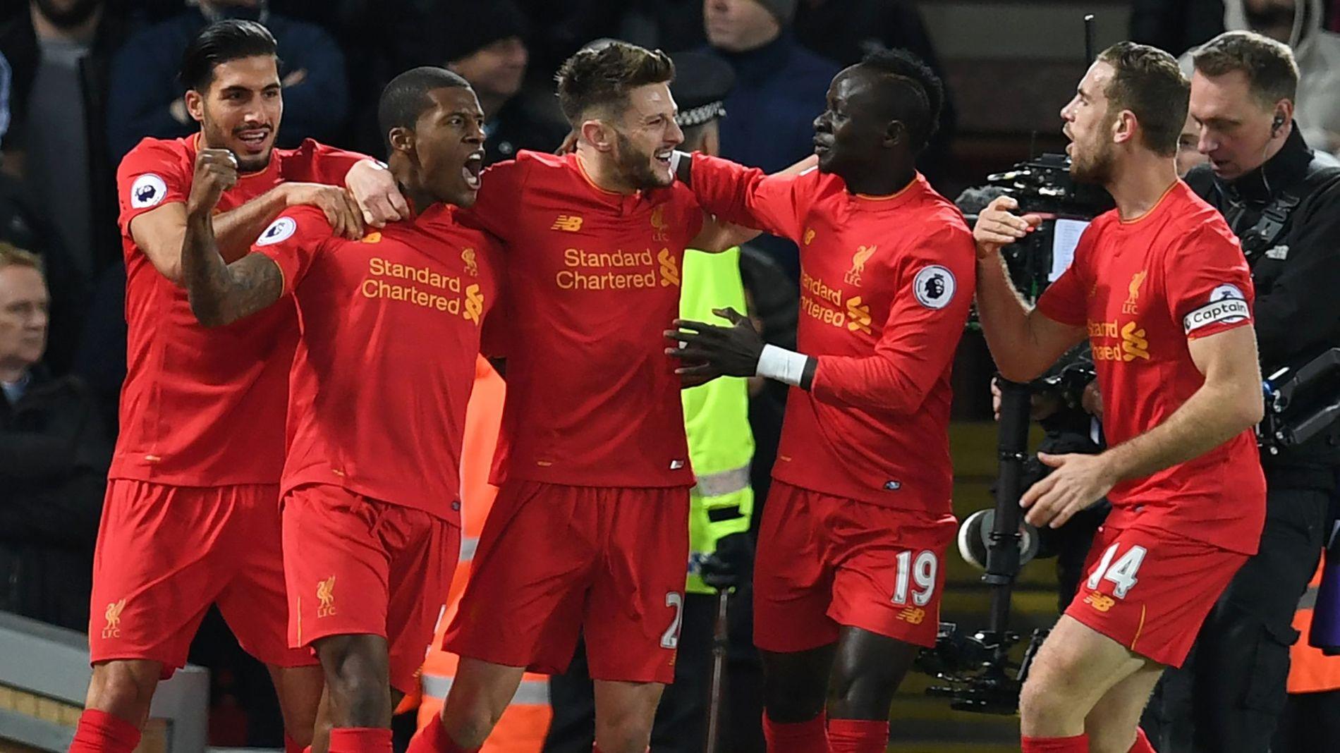 GLEDE: Liverpool-spillerne feirer Georginio Wijnaldums (nummer to fra venstre) matchvinnerscoring mot Manchester City.