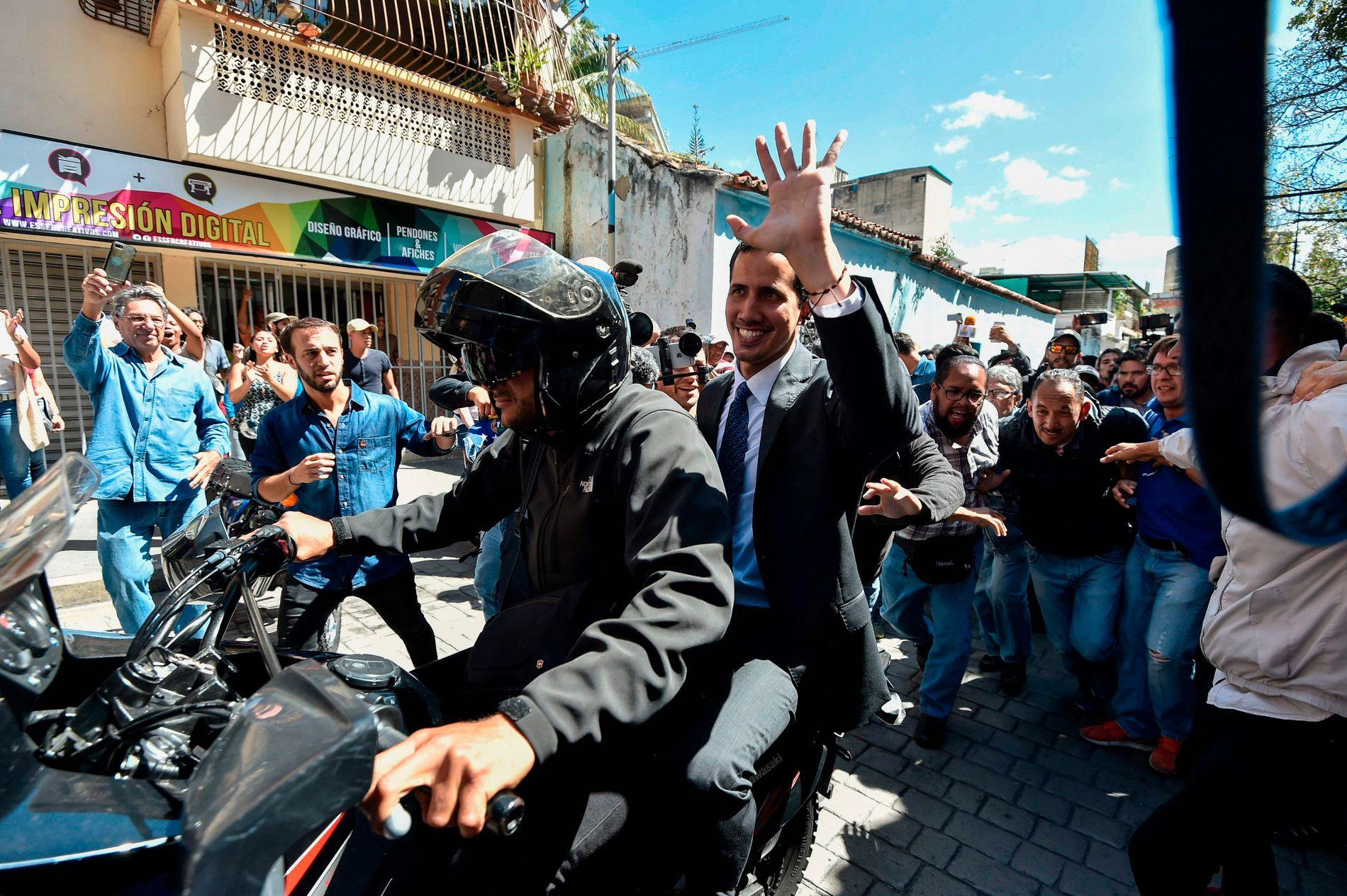 NORSKE FORBINDELSER: Opposisjonsleder i Venezuela, Juan Guaidó, sa til sine tilhengere torsdag kveld at det er pågående samtaler i Norge om konflikten i landet.