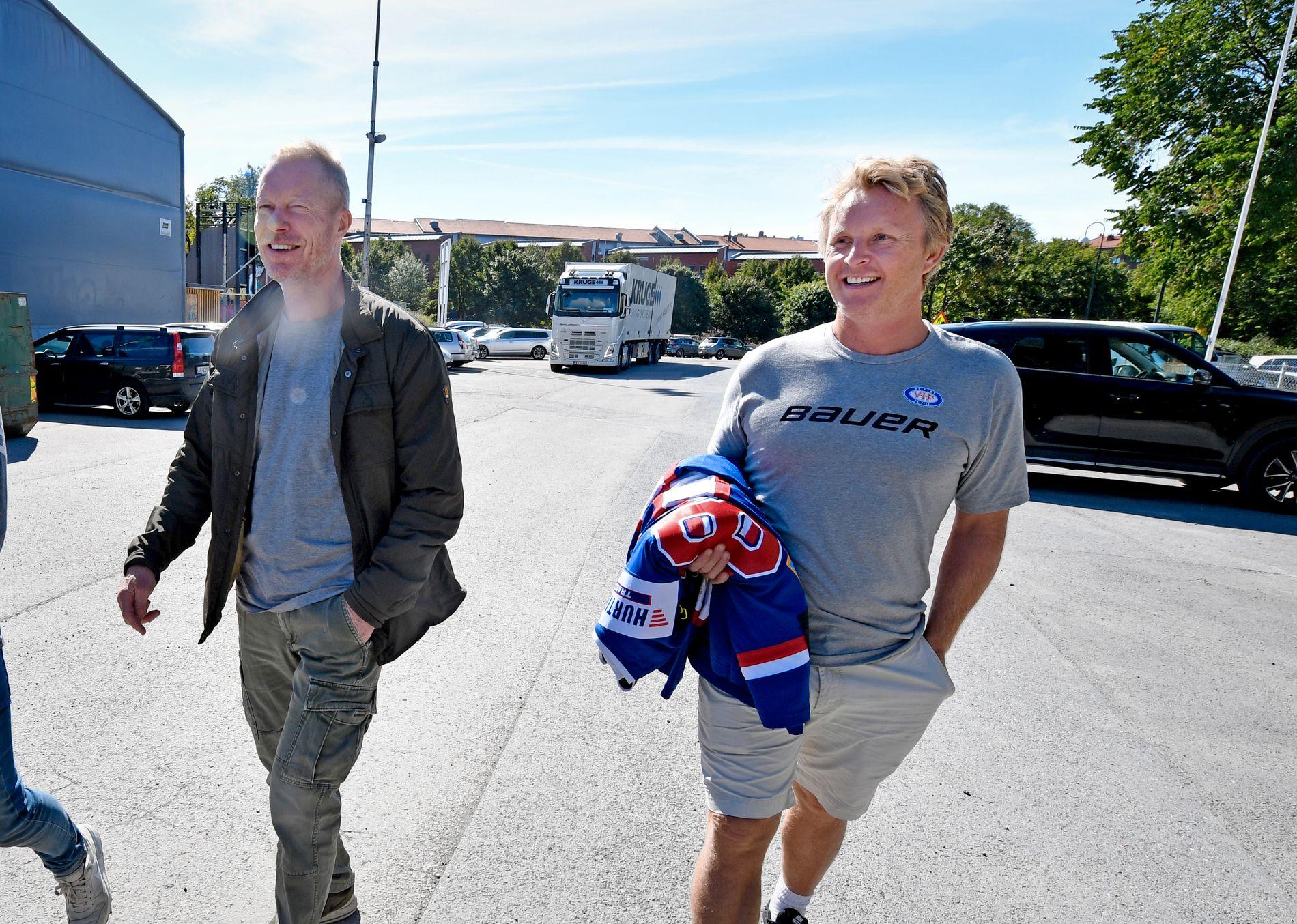 SNART START: Vålerengas trener Roy Johansen (t.v.) og sportssjef Espen «Shampo» Knutsen måtte lede sitt Get-liga-lag på hjemmebane på bortebane i Furuset Forum forrige sesong. Nå ser det ut til at de må gjøre det to sesonger til, til og med 2019/20. Bildet er tatt for tre uker siden ved byggeplassen til Nye Jordal Amfi.