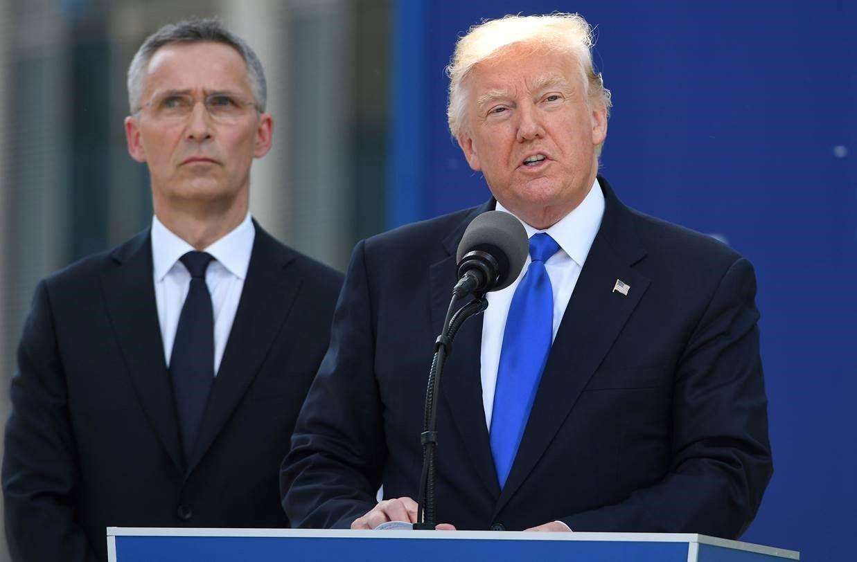 TALTE: Donald Trump talte under Nato-toppmøtet i Brussel i dag, med Jens Stoltenberg lyttende i bakgrunnen. – Vi må være vaktsomme og sterke, sa presidenten der. Foto: AFP