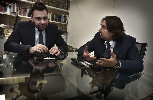 ADVOKATENE: Andreas L. Louka (til venstre) og kollega Soteris Argyrou forsvarer de tre nordmennene, som risikerer syv år i fengsel, mistenkt for å «planlegge å begå en forbrytelse».
