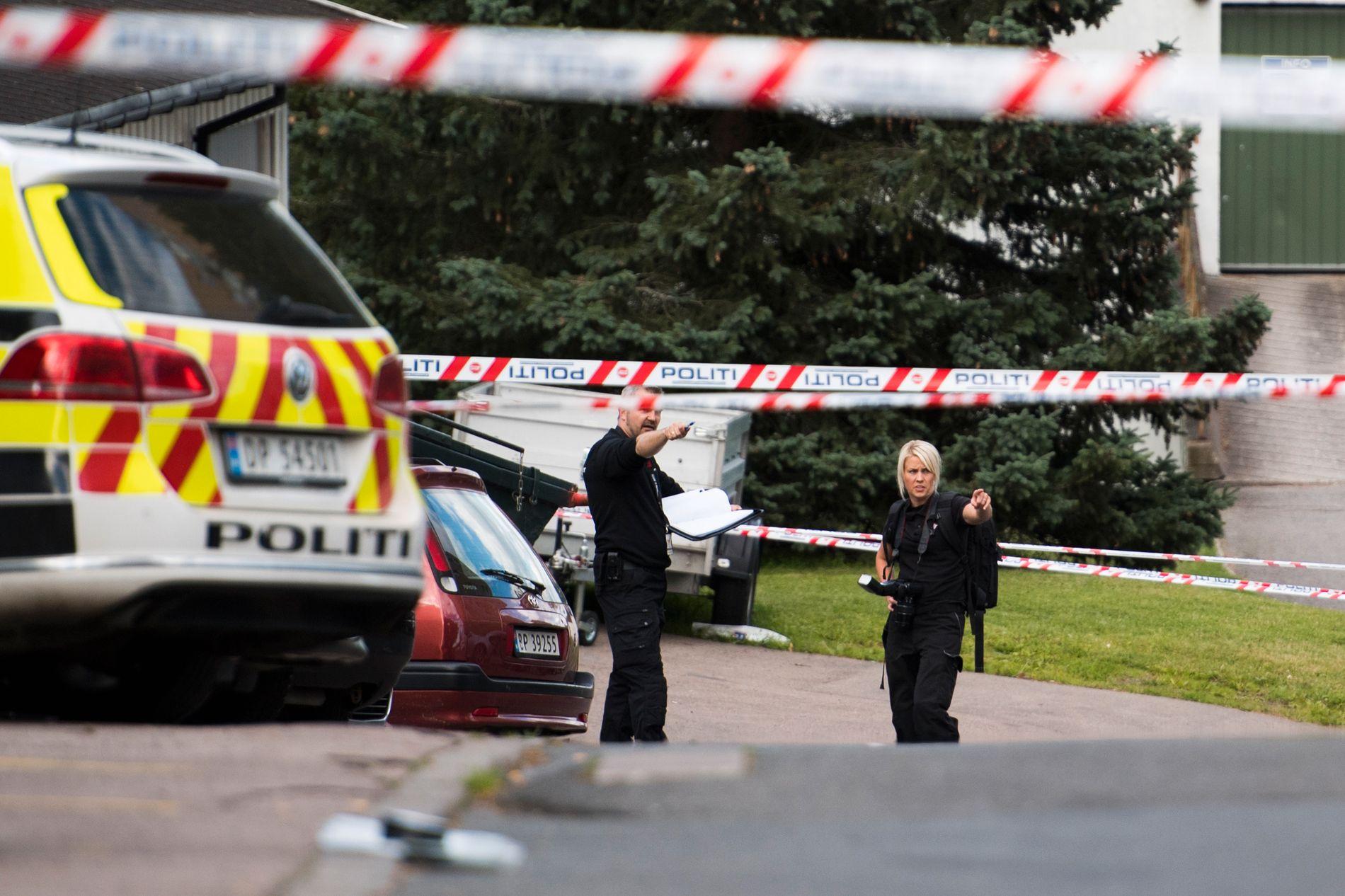 ETTERFORSKER: Kriminalteknikere jobbet på åstedet tirsdag ettermiddag.