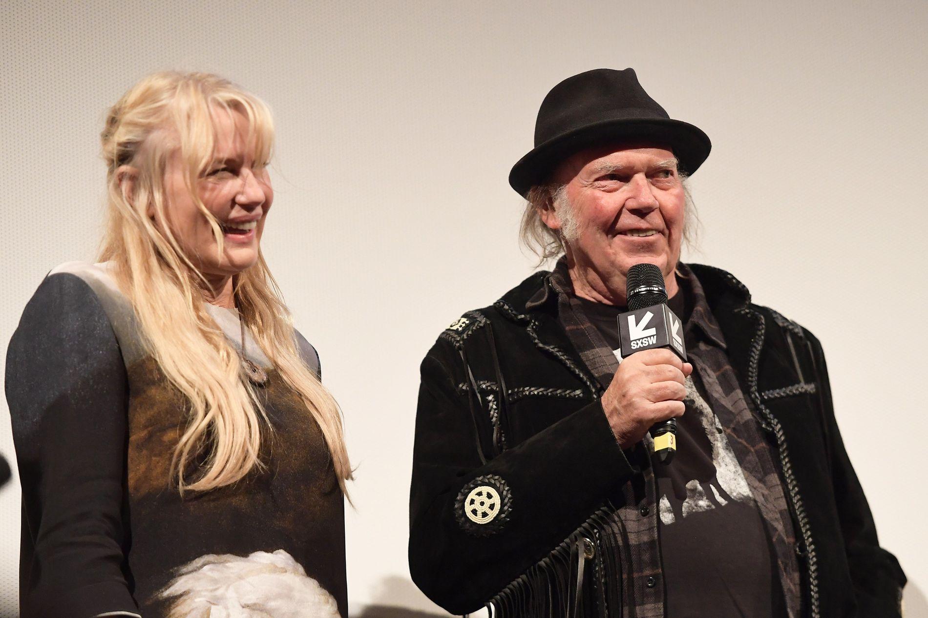 STJERNEPAR: Daryl Hannah og Neil Young på «Paradox»-filmpremiere i Texas i mars i år.