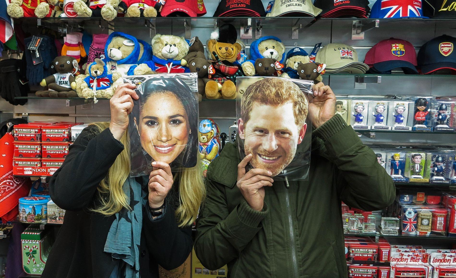 PARTYMASKER: Suvenirbutikkene selger alt britene trenger til bryllupsfesten.