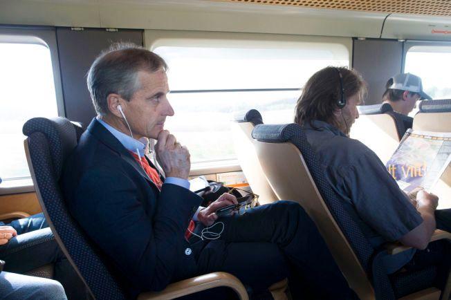 AVKOBLING: På Flytoget inn til Oslo kan Støre lytte til musikk og koble litt av i den hektiske valgkampen.