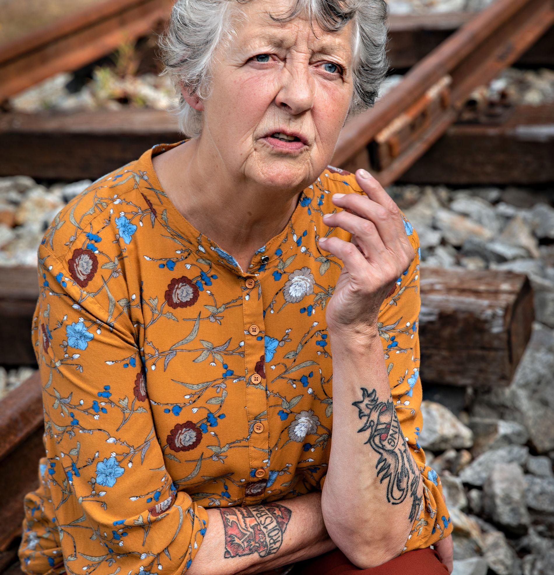 ENGASJERT: På armen har Hilde Sagland en tatovering med ordet «Troms-banen». Den tok hun for å få oppmerksomhet på saken.