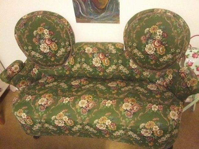 SPESIELL: Denne uvanlige sofaen fra gamle dager lå fredag til salgs på finn.