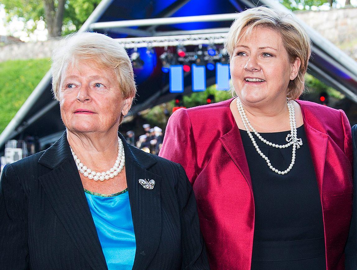 – UVERDIG: Tidligere statsminister Gro Harlem Brundtland anklager statsminister Erna Solberg for uverdig dobbeltspill om abortloven. Her er de to sammen under  feiringen av regjeringen og departementenes 200-årsfeiring i Oslo i 2014.
