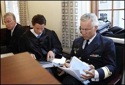 FORUNDRET: Påtalemyndighetene har tatt ut anke mot Bergen tingretts dom i Karlsvik-saken. Kontreadmiral Atle Torbjørn Karlsvik (t.h.) og hans advokat Dag Steinfeld (t.v.) er forundret. Foto: Scanpix