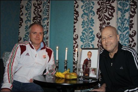KAMERATER: Karl Erik Bøhn og kameraten Andreas Smeby på hemmelig sted, hvor håndballtreneren kjemper for livet. Foto: Privat