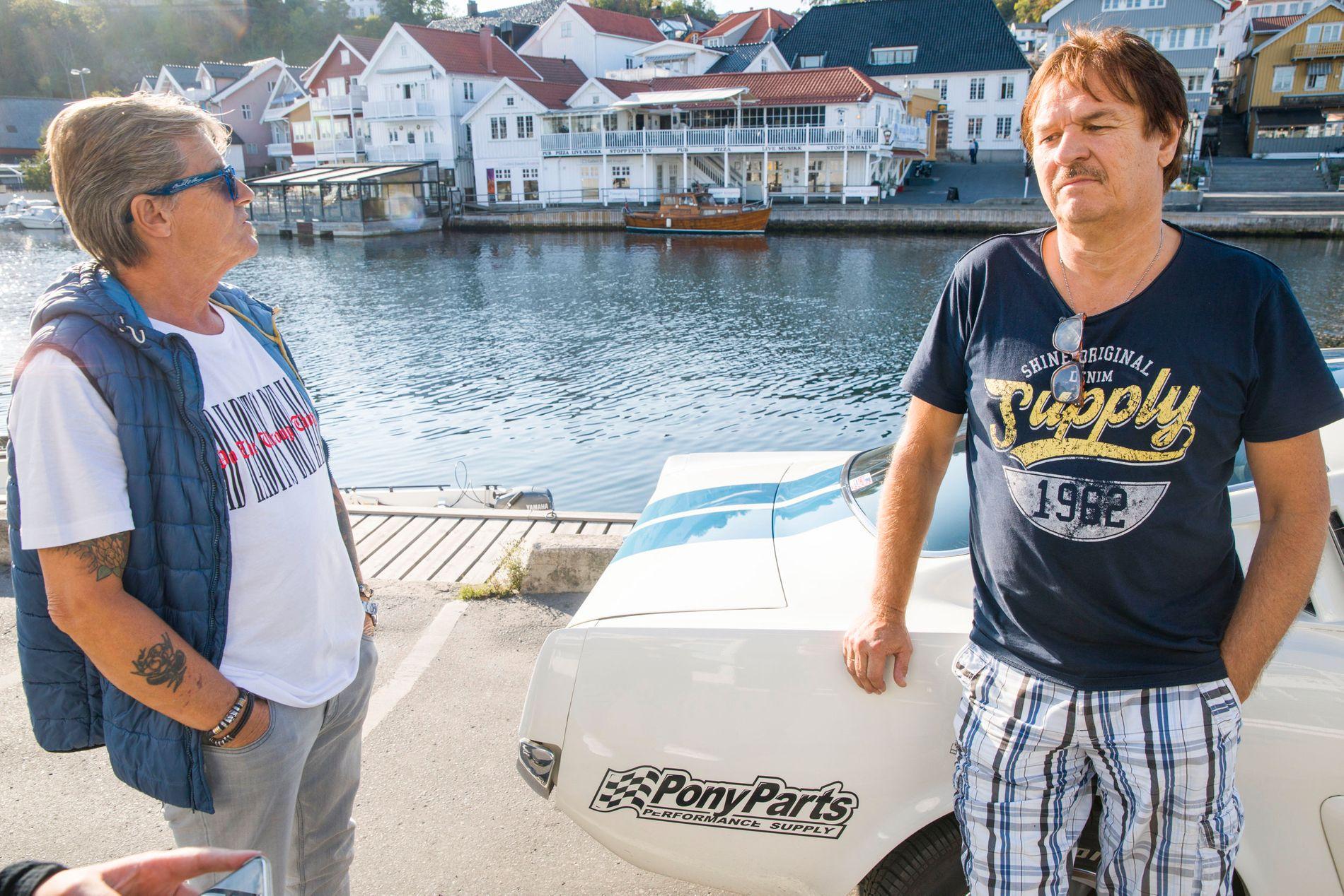 SØRGER: Tom Johannessen og Rolf Harry Kristiansen i Kragerø og omegn veteranbilforening beskriver byen som tom etter at de søndag mistet fire av sine innbyggere i en tragisk bilulykke, der en veteranbil fra 1959 krasjet inn i fjellveggen ved Rjukan.