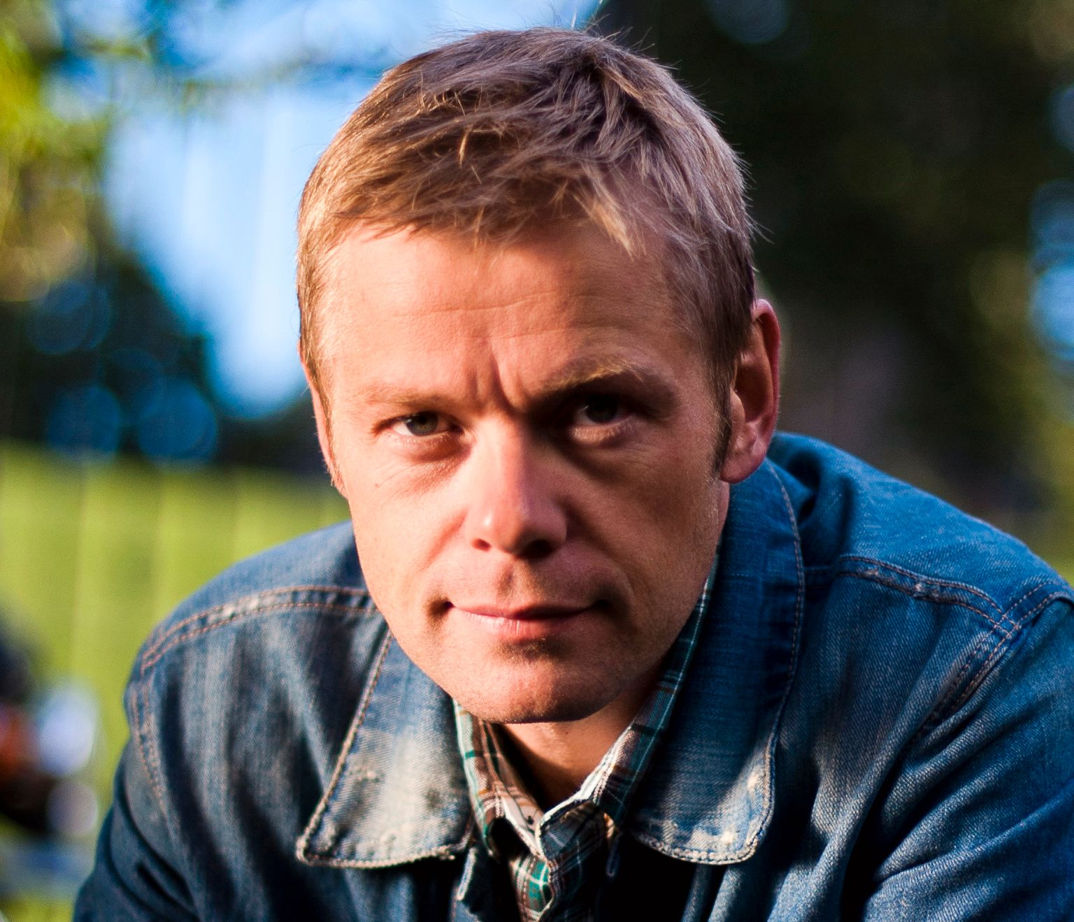 FY SØREN, SÅ ELENDIG:  Først trodde han det var fleip, så en glipp, men til slutt forstod han det slik at Cappelen Damm vil skrive om  ordene «faen» til «søren» og «ræva» til «elendig» i frykt for at noen lærere skal reagere.– Det er jo ikke akkurat i tråd med norske forlagstradisjoner, sier Langeland.