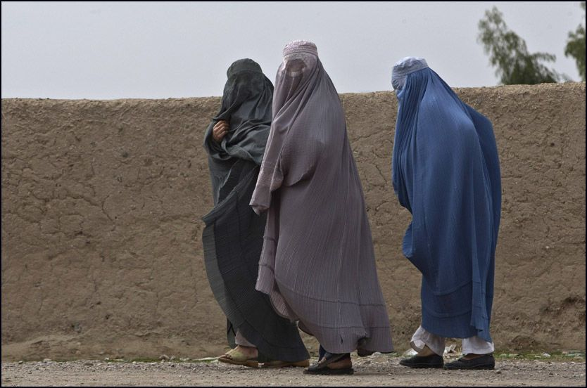 VERST: Burkakledde kvinner går langs en vei i Arghandabdalen i provisen Kandahar i det sørlige Afghanistan. Afghanistan er verdens verste land å leve i for kvinner, fulgt av Somalia og Kongo, viser en liste som hjelpeorganisasjonen CARE la fram på den internasjonale kvinnedagen mandag. Foto: REUTERS