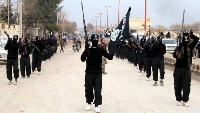 RAQQA: Islamister i IS marsjerer gjennom Raqqas gater i januar 2014. Høsten etterpå kom enda en etnisk norsk konvertitt hit for å slutte seg til terroristene.
