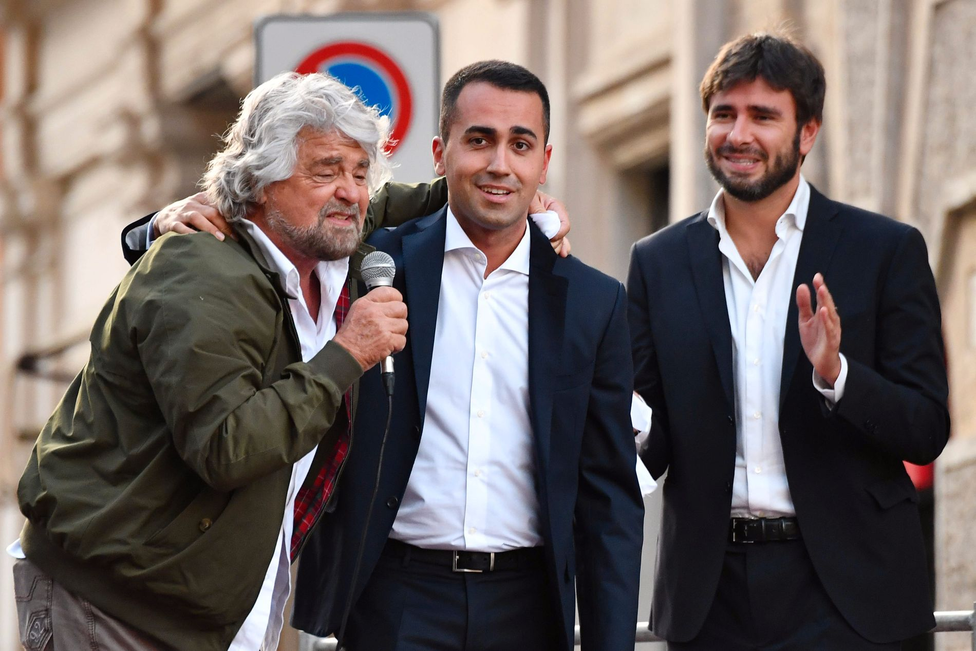STJERNELAG: Ledelsen i den italienske  Femstjernerbevegelsen (M5S) gikk opp på et improvisert podium foran Pantheon i Roma etter at de ikke fikk lov til å demonstrere foran Senatet mot en ny valglov. F.v. partistifter og TV-komiker Beppe Grillo, statsministerkandidat Luigi Di Maio og bevegelsens nye yndling, Alessandro Di Battista.
