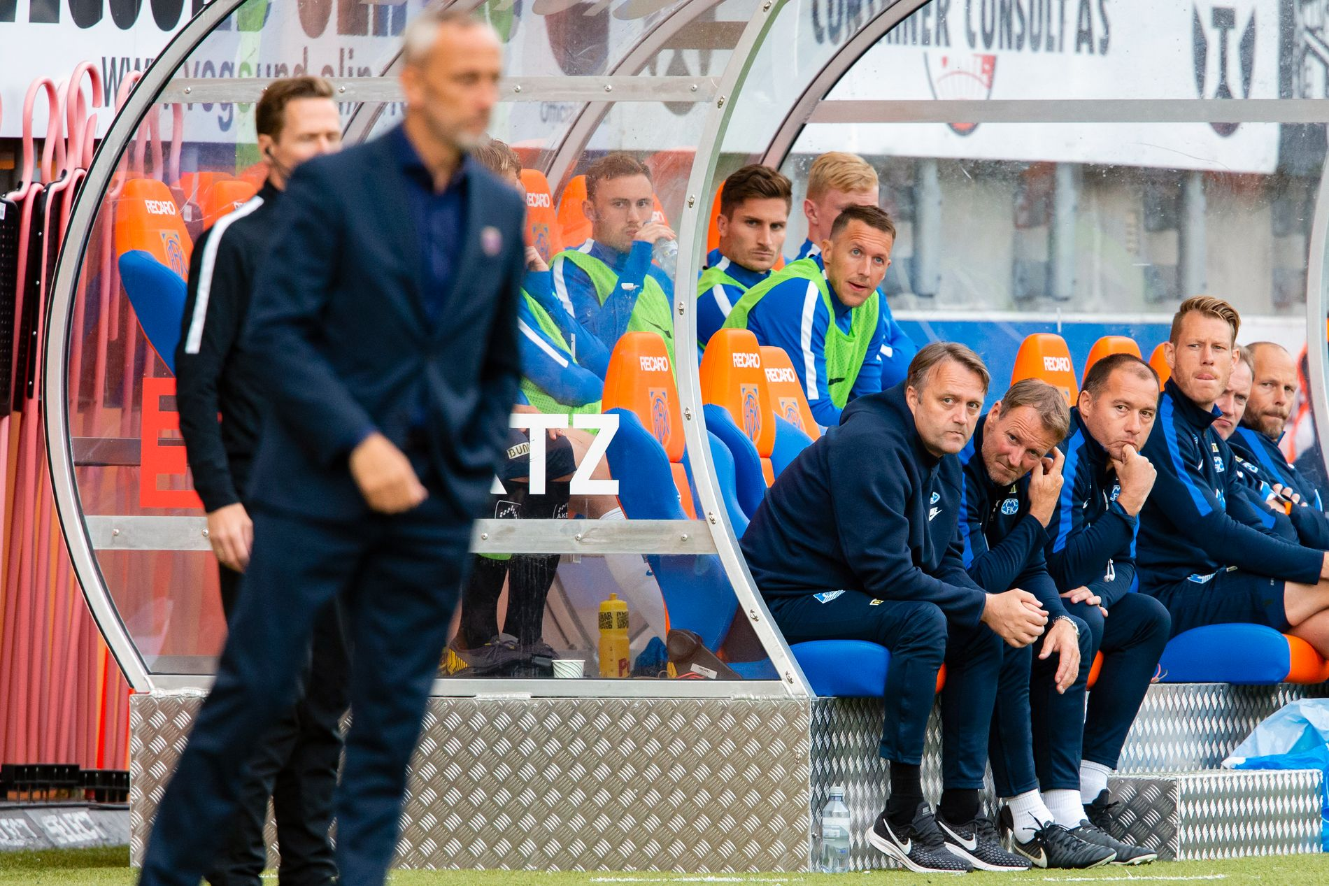 MOLDE-BENKEN: Mens Lars Bohinen styrer Aalesund sitter blant andre Erling Moe (trener), Trond Strande (assistent), Per Magne Misund (keepertrener) og Børre Steenslid (fysisk trener) på Molde-benken.