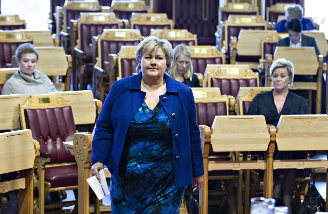 TUNG TID: Statsminister Erna Solberg (H) har sammen med finansminister Siv Jensen (Frp) stått i det Frp-lederen har beskrevet som «en orkan». Her er de to i Stortinget onsdag denne uken.