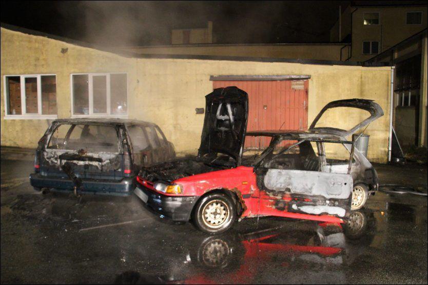 ffd324df UTBRENT: Den røde bilen var trolig påført skader før den begynte å brenne  på dette industriområdet i Mandal. Nå vil politiet sjekke om den har noe  med ...