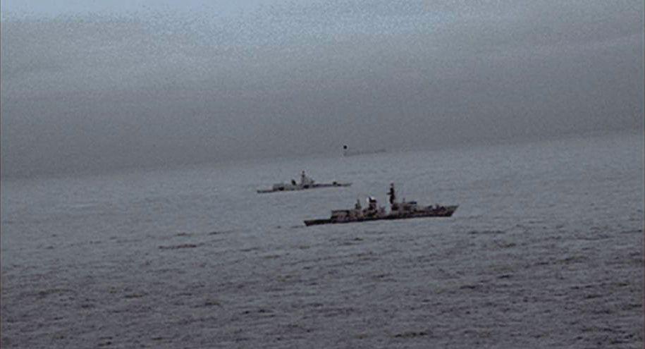 Bilder fra et infrarød kamera fra et helikopter, viser britiske Royal Navys fregatt HMS St. Albans som følger det russiske krigsskipet Admiral Gorskjov.