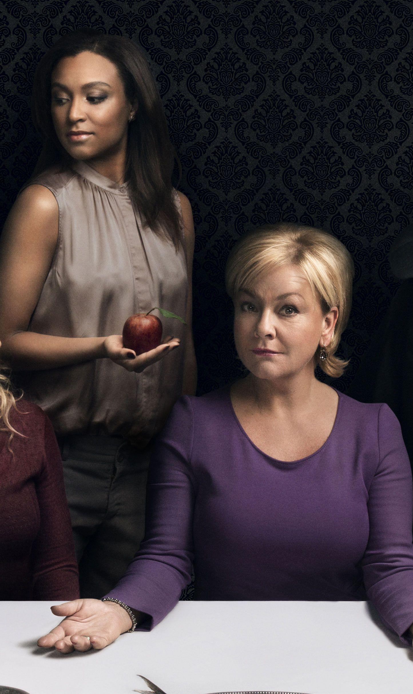 RIVALER: Evelyn Rasmussen Osazuwa og Anette Hoff som Amanda og Juni i «Hotel Cæsar».