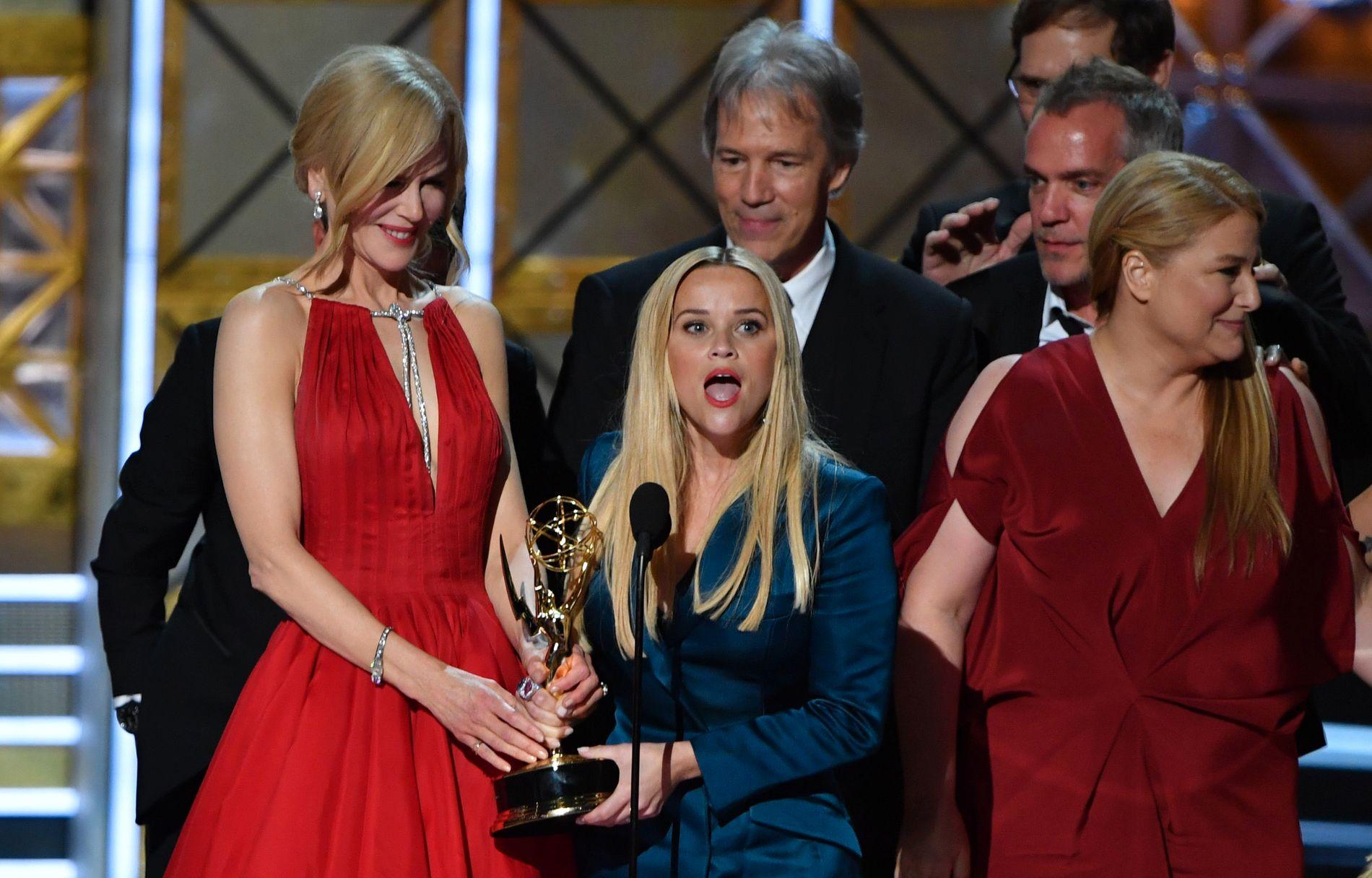 KAN VINNE MER: Nicole Kidman (t.v.), Reese Witherspoon og andre i staben til «Big Little Lies» forsynte seg under Emmy Awards i september. Nå står flere prisutdelinger for tur.