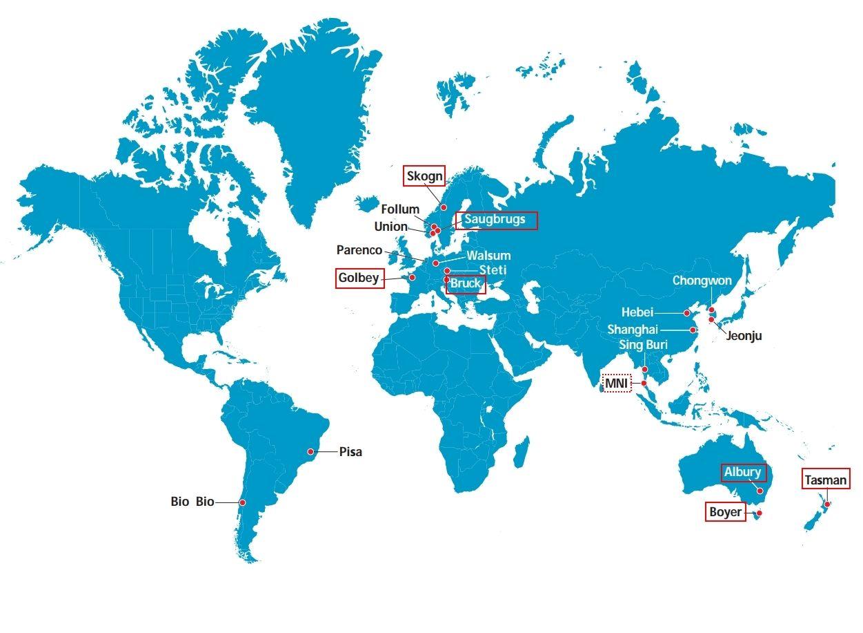 FÆRRE FABRIKKER: De røde firkantene markerer hvilke av Norske Skogs fabrikker som fortsatt er igjen fra dette kartet fra årsrapporten i 2005. Bare syv er igjen. Den stiplede firkanten markerer at Norske Skog har et deleierskap i malaysiske MNI.