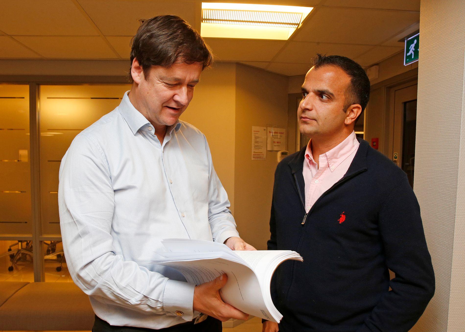 HEVDER SEG ÆREKRENKET: Svein-Erik Edvartsen får bistand fra sin venn John Christian Elden.