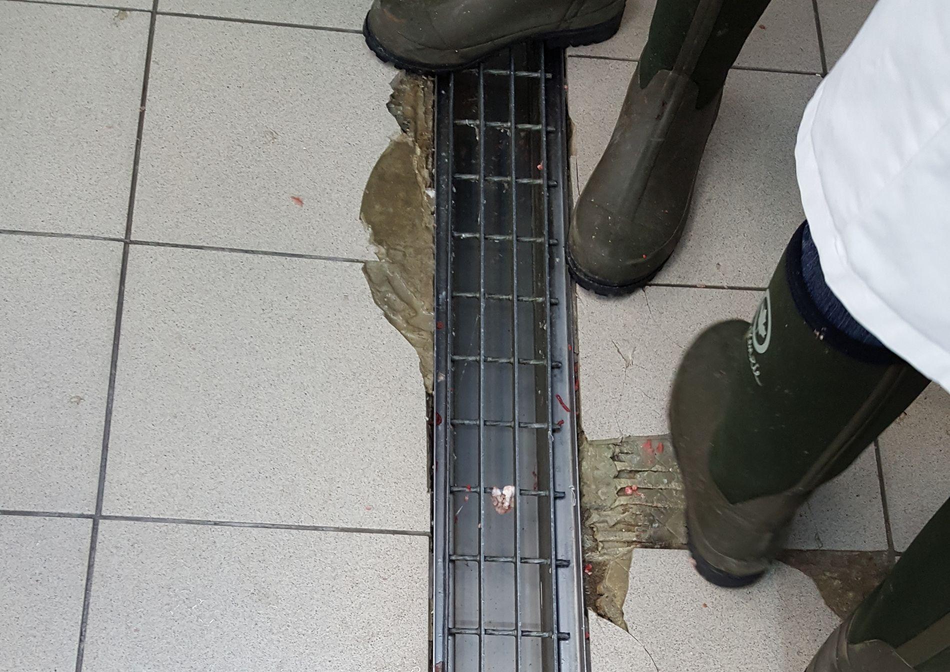 IKKE GODKJENT: Slik var gulvet i kjøleavdelingen på BG Food i Strømstad. Dette er uhygienisk, og gir adgang for skadedyr.