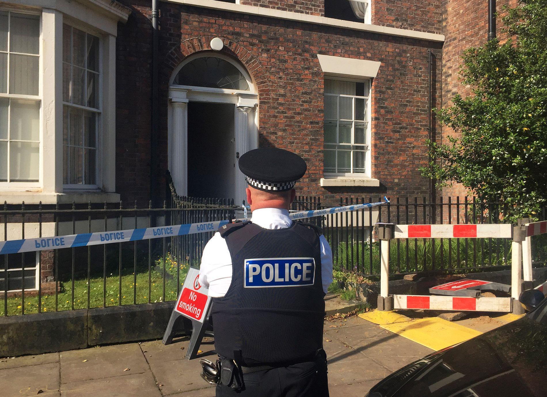 TRE FUNNET DREPT: I denne bygningen, hvor John Lennon og eks-kona bodde på 60-tallet, ble en kvinne og to barn funnet drept tirsdag.
