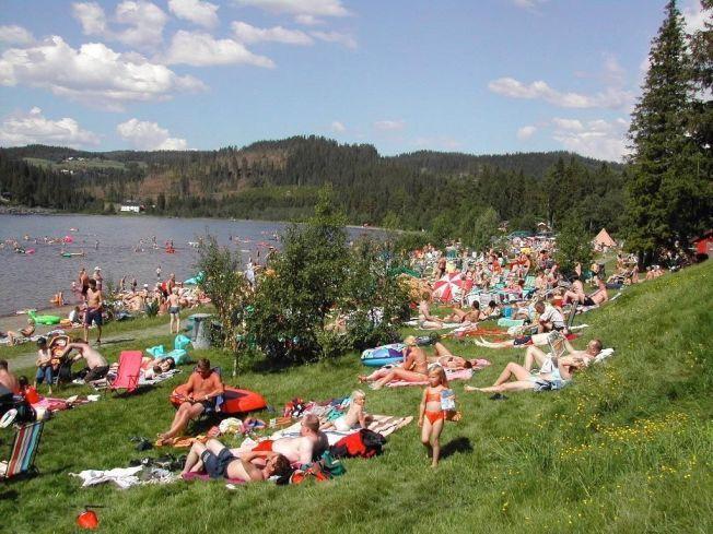 SUPERVARMT: Dette bildet er fra Svorksjøen camping, i Sør-Trøndelag, hvor eieren Jon Nergård har målt 28,3 grader i vannet i juli.