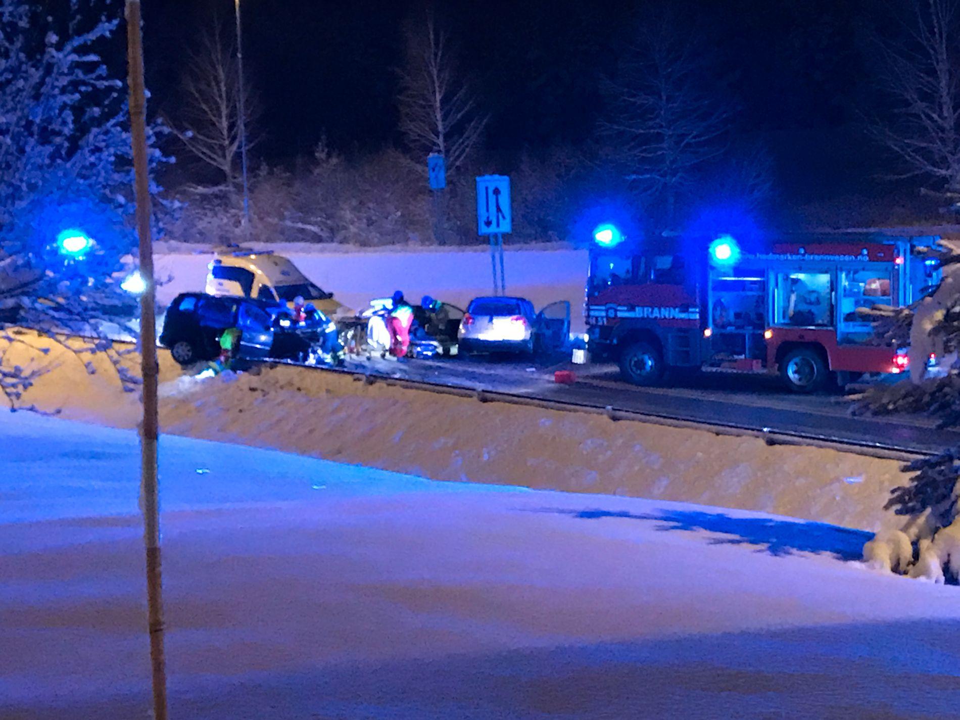 STORE SKADER: Nødetatene jobbet tirsdag kveld på stedet etter ulykken.
