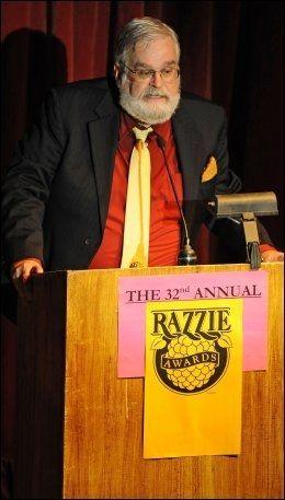 """GRUNNLEGGER: Razzies-grunnlegger John Wilson hadde nok en gang æren av å kåre årets verste film - Adam Sandlers """"Jack And Jill"""". Foto: Afp"""