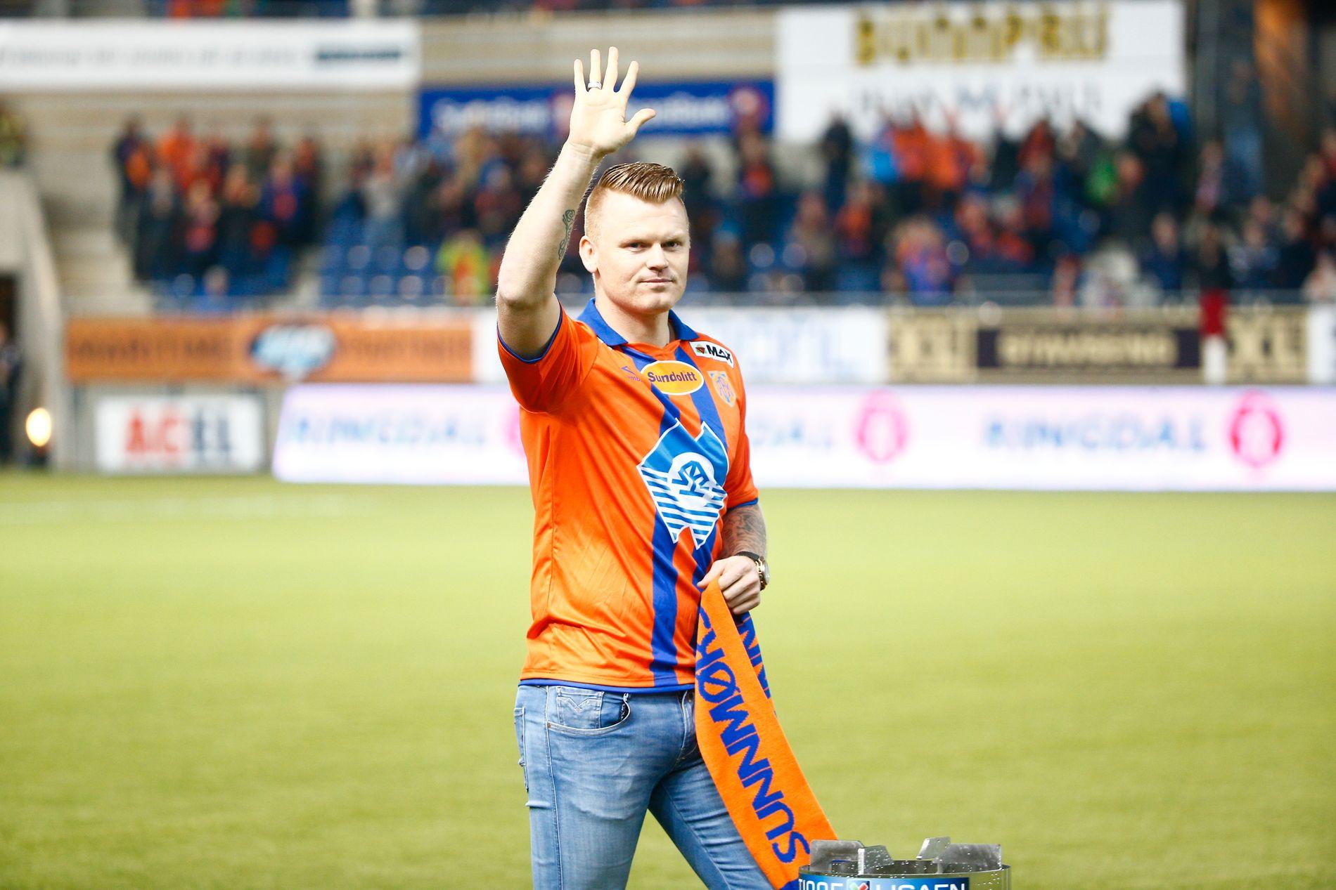 FORBANNET: John Arne Riise, her fra presentasjonen som ny Aalesund-spiller i mars 2016, er svært lite fornøyd med det han ser fra gamleklubben.